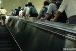 Vì sao người Nhật chỉ đứng một bên khi đi thang cuốn?
