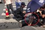 Clip: Vừa bị ô tô tông bay người, cô gái xui xẻo ngã lăn xuống cống