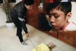 Bé trai 10 tuổi bị bố đẻ bạo hành: 'Ngoài người cha, còn thấy sự vô trách nhiệm của chính quyền địa phương'