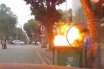 Clip: Nghịch dại đốt bóng bay trong thùng rác, nam thanh niên suýt mất Tết