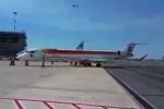 Kinh ngạc 11 nhân viên hợp sức đẩy máy bay 36 tấn vào đường băng