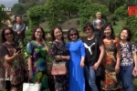 Người dân thích thú 'selfie' cùng tượng lãnh đạo Mỹ - Triều ở Hà Nội