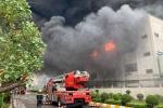 Clip: Nhà xưởng đổ sập trong đám cháy lớn tại KCN Việt Hương, Bình Dương