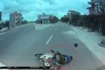 Xe máy phóng nhanh, vượt phải bị xe tải tông ngã mài mặt xuống đường