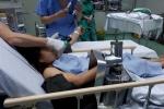 Người phụ nữ vô tình bị cuốn cả bàn tay vào máy xay thịt