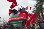 Clip: Xe buýt mui trần chở U23 diễu hành nhích từng mét giữa biển người