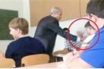 Bị giật tai nghe nhạc, nam sinh ngỗ ngược lao vào đánh thầy giáo