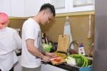 Khắc Việt vào bếp nấu ăn cho em trai trước khi làm 'đám cưới'