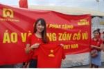 Chu doanh nghiep xuong duong tang 5.000 ao sao vang co vu Olympic Viet Nam hinh anh 2
