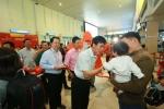 Lãnh đạo sân bay Tân Sơn Nhất tặng quà cho hành khách về nghỉ Tết