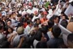 Video: Dòng người chen lấn giẫm đạp đến ngất xỉu vì xin visa Hàn Quốc tại văn phòng mới