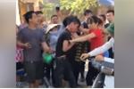 Bắt được trộm xe máy, người đàn bà giận dữ lao vào đánh túi bụi