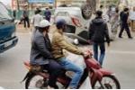 Đi chợ Tết, xe ô tô chở 2 mẹ con bị lật ngửa giữa Thủ đô