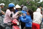 Video: Người Hà Nội đội nắng 'giải cứu' dưa hấu cho nông dân Quảng Ngãi