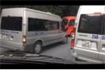 Lấn làn trắng trợn trên đường đèo, ô tô du lịch bị xe khách cảnh cáo