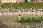Cô gái mặc nội y bơi sông Hà Nội, leo lên bè thuỷ sinh tạo dáng chụp ảnh