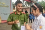 Chiến sỹ công an Bắc Giang dọn vệ sinh, cung cấp nước uống miễn phí tiếp sức mùa thi