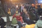 Ảnh: Nghìn người vạ vật trong đêm chờ xin ấn đền Trần