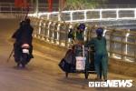 Ảnh: Những nữ công nhân cần mẫn quét rác làm đẹp TP Cảng Tết Mậu Tuất