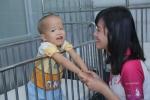 Nữ sinh xinh đẹp rạng rỡ thăm trẻ em có số phận thiệt thòi