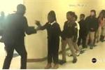 Thầy giáo đáng yêu nhún nhảy, bắt tay đón học sinh vào lớp gây sốt mạng xã hội