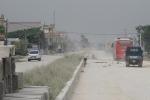 Đường thi công chậm, bụi mù mịt: Người dân đặt chướng ngại vật chặn ô tô qua lại