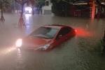 Phố phường Thái Nguyên chìm trong biển nước sau mưa lớn, ngập gần tới nóc ô tô
