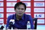 Trọng tài bẻ còi, HLV Minh Phương ngao ngán: 'Chuyện muôn thuở bóng đá Việt Nam'