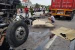 Ảnh: Nạn nhân đắp chiếu nằm la liệt sau cú tông kinh hoàng của xe tải trên quốc lộ ở Hải Dương