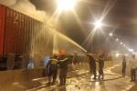 Ô tô bốc cháy sau khi tông container trên cao tốc, 2 người chết