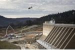 Trực thăng cấp tập chuyển đá 'vá' đập cao nhất nước Mỹ trước bão lớn