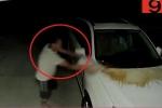 Clip: Đổ nước tiểu lên xe hàng xóm lúc nửa đêm bị camera an ninh ghi lại