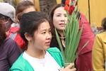 Anh: Nguoi dan xep hang dai ca cay so cho via chua Ong o pho co Hoi An hinh anh 6