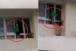 Thót tim clip bé trai trèo ra khỏi cửa sổ tầng 11 chung cư ở TP.HCM
