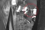 Clip: 5 cô gái chống trả tên cướp có dao, giành lại xe SH kịch tính như phim