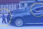 Mải nghe điện thoại, tài xế lái ô tô cán qua bé 2 tuổi