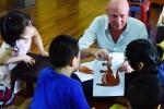Video: Ông Tây dạy tiếng anh miễn phí trong chùa ở Hà Nội