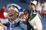 Cổ động viên Nhật Bản gây xúc động khi vừa khóc vừa nhặt rác