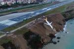 Video, ảnh: Lao khỏi đường băng, máy bay chở 160 người suýt cắm đầu xuống Biển Đen