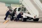 Clip: Đặc vụ Mỹ hợp sức đẩy xe thang chết máy rời khỏi chuyên cơ chở Tổng thống Trump