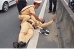 CSGT bám đầu container bị tài xế đánh lái hất văng xuống đường