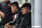 Quang Hải, Tiến Linh ngồi chơi xơi nước, sốt ruột nhìn đồng đội tập luyện