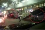 Clip: Tôn rào chắn bị gió to thổi sập, đè lên ô tô ở sân bay Nội Bài
