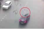 Bị ôtô húc bay người, thanh niên đi xe đạp thoát chết thần kỳ