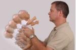 Ông nội rung lắc dỗ dành, bé 3 tháng tuổi tổn thương não nguy kịch
