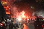Video: CĐV đốt pháo sáng chạy khắp phố Hà Nội mừng chiến thắng Olympic Việt Nam