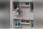 Thợ sửa điều hòa treo mình vắt vẻo ngoài chung cư cao tầng như 'người nhện'