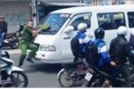 Clip toàn cảnh xe khách đi vào đường cấm, ủi cảnh sát gần 100 m ở Đà Lạt