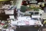 Clip: Bà mẹ giằng co với kẻ bắt cóc con gái trong siêu thị
