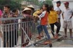 Video: Dân bức xúc vì bị chặn đường ra biển Hải Tiến